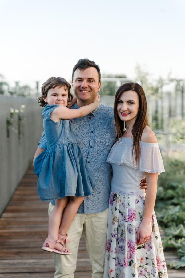 Filha pequena bonito e seus pais novos imagens de stock royalty free