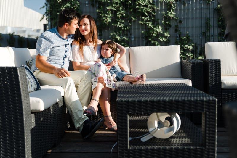 Filha pequena bonito e seus pais novos imagem de stock royalty free