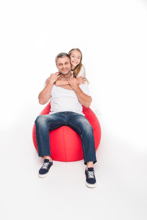 Filha que abraça seu pai imagens de stock royalty free