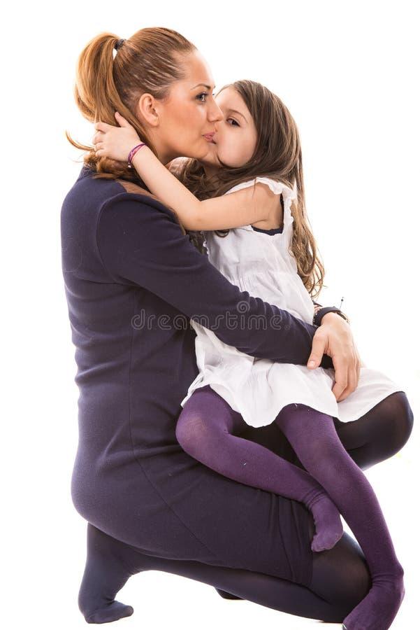 Filha que beija a mãe foto de stock