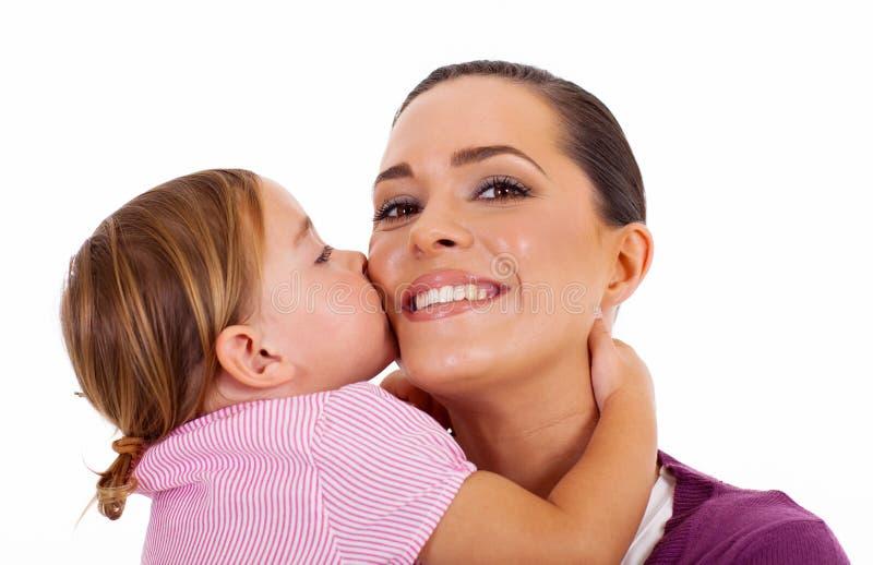 Filha que beija a matriz imagem de stock royalty free
