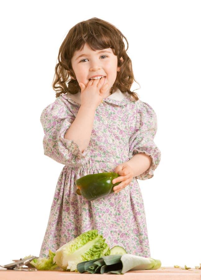 Filha que cozinha na cozinha fotografia de stock