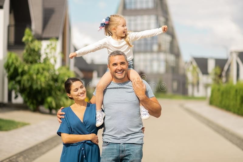 Filha que sente verdadeiramente feliz e livre que tem a caminhada da família imagens de stock royalty free