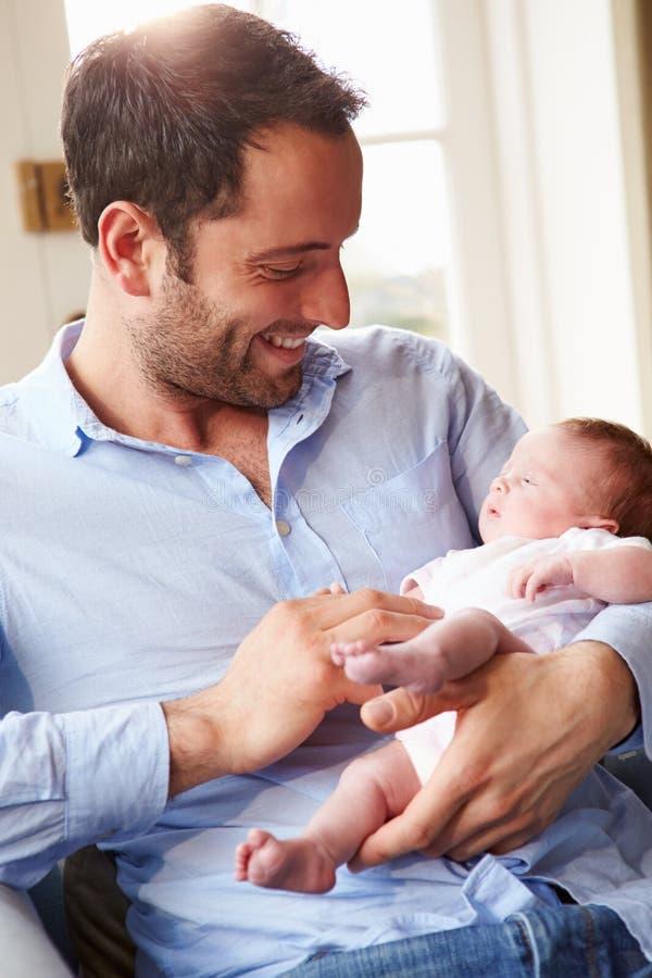 Filha recém-nascida do bebê de At Home With do pai imagem de stock