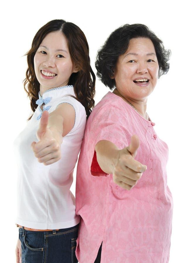 A filha superior asiática da mãe e do adulto manuseia acima imagem de stock royalty free