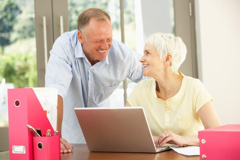 Filho adulto e matriz sênior em casa foto de stock royalty free