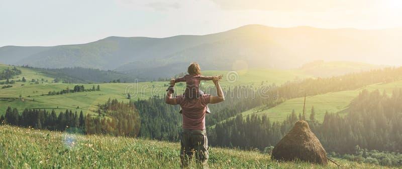 Filho com o pai na montanha imagem de stock