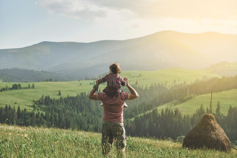 Filho com o pai na montanha fotografia de stock