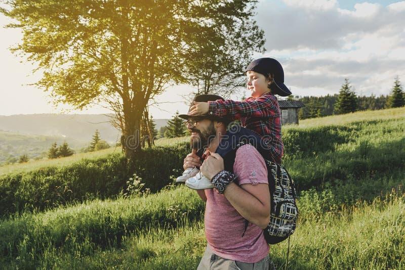 Filho com o pai na montanha imagem de stock royalty free