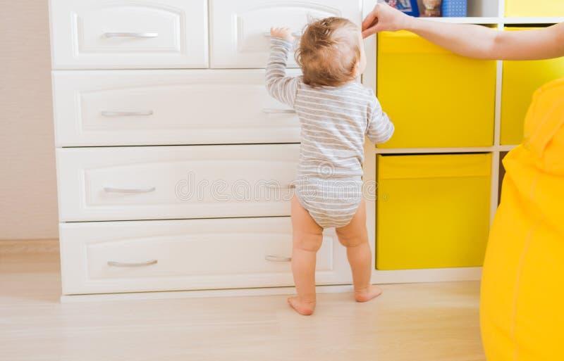 Filho da criança do bebê Mamã com criança de riso Família em casa fotos de stock royalty free