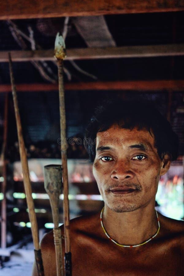 Filho tribal Aman de Toikots da pessoa idosa que prepara-se para uma caça na selva fotografia de stock royalty free