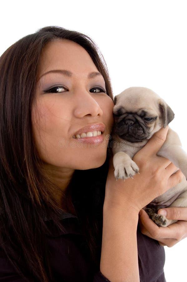 Filhote de cachorro de sorriso da terra arrendada da mulher imagens de stock royalty free