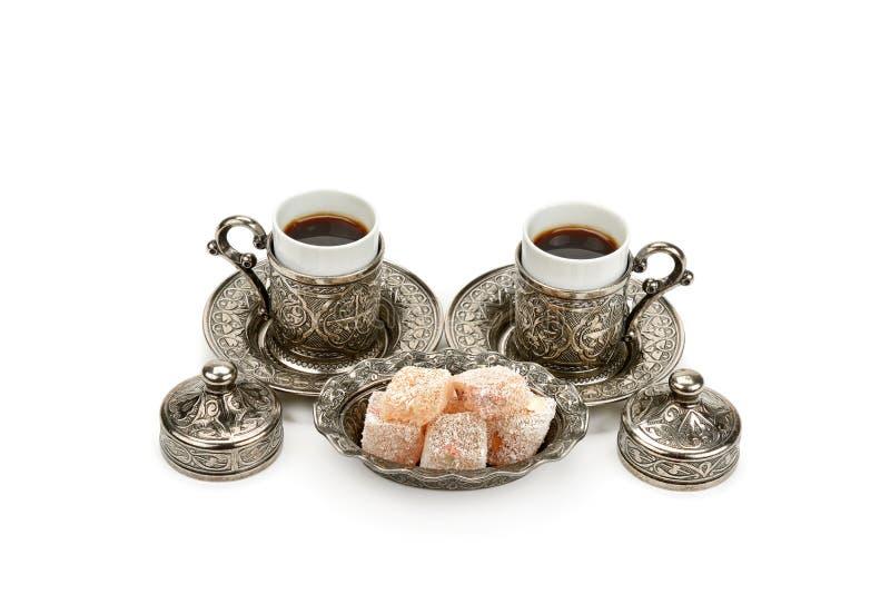 Filiżanka kawy i turecki zachwyt w wazie odizolowywającej na białym tle fotografia stock