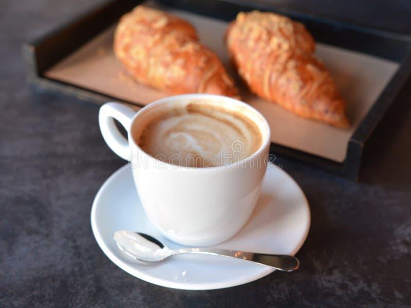 Filiżanka kawy z świeżo piec croissants zdjęcia royalty free