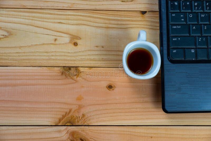 filiżanka kawy z labtop na drewnianym biurku zdjęcie stock
