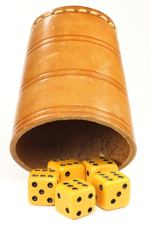 filiżanek kostka do gry dices zdjęcia royalty free