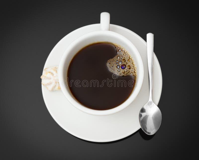Filiżanka świeża kawa espresso na stole z ciastkiem, widok od above zdjęcie stock