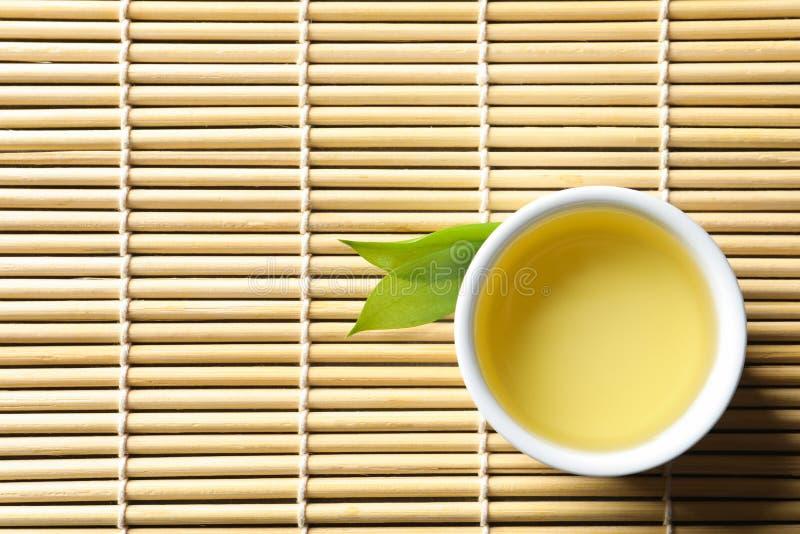Filiżanka świeżo warząca oolong herbata na bambus macie fotografia royalty free