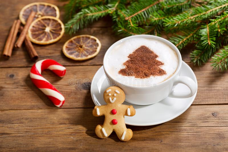 Filiżanka cappuccino kawa z choinka imbirem i rysunkiem obraz stock