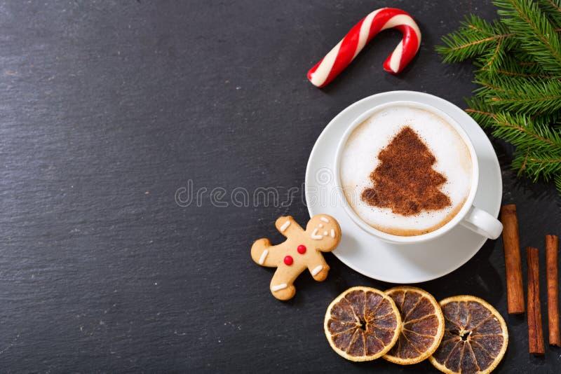 Filiżanka cappuccino kawa z choinka imbirem i rysunkiem zdjęcie royalty free