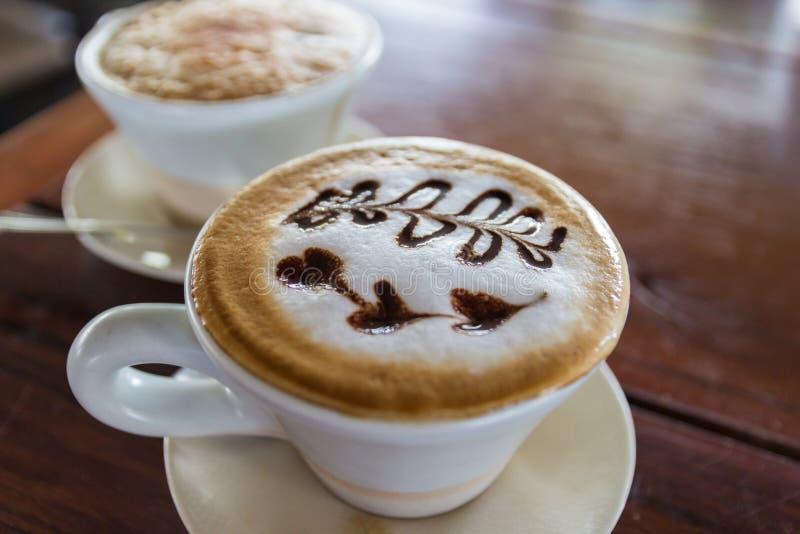 Filiżanka cappuccino kawa z kształta latte sztuką fotografia royalty free
