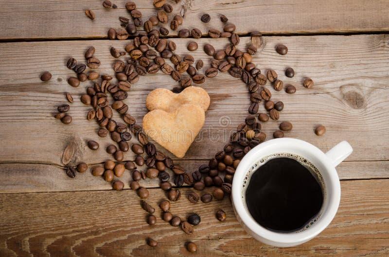 Filiżanka coffe i ramy serce od kawowych fasoli fotografia stock