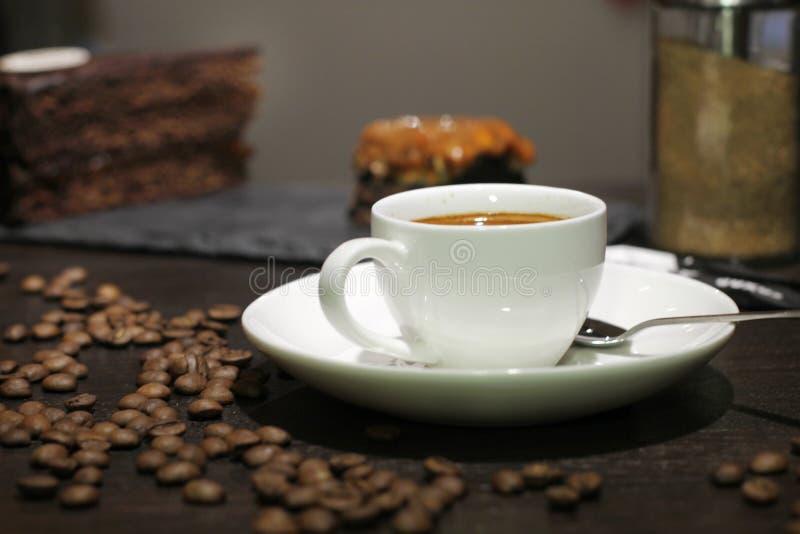 Filiżanka coffe z tortem i fasolami zdjęcia royalty free