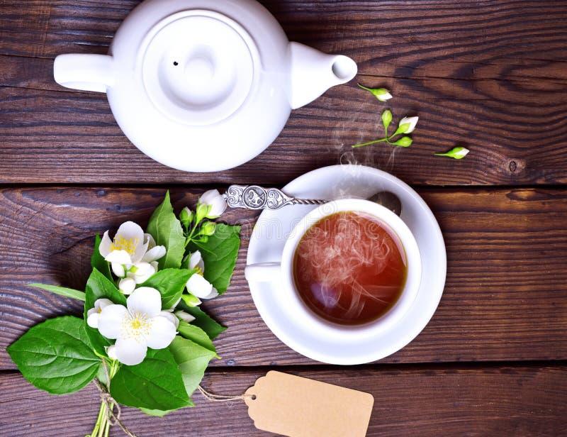 Filiżanka czarna herbata i biały piwowar obraz stock