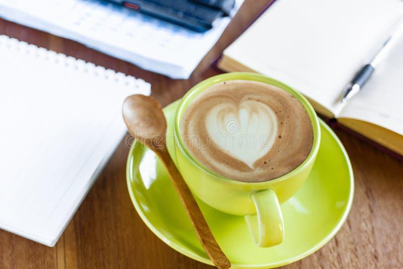 Filiżanka czarna kawa, biurowe dostawy zdjęcie stock
