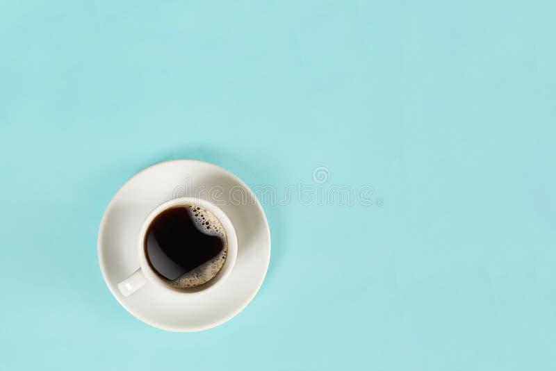 Filiżanka czarna kawa na błękitnym tle na widok obraz royalty free