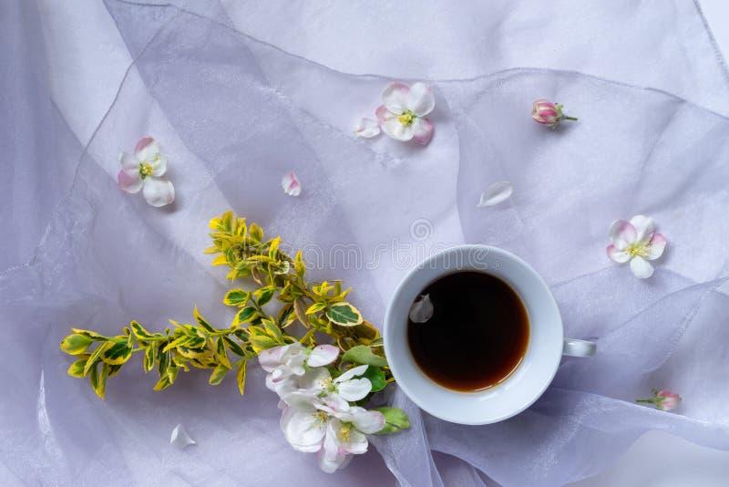 Filiżanka czarna kawa na tehe stole z bukietem zdjęcia stock