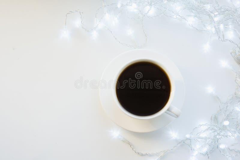 Filiżanka czarna kawa na zima bielu stole Xmas wakacje czas Odgórny widok zdjęcia royalty free