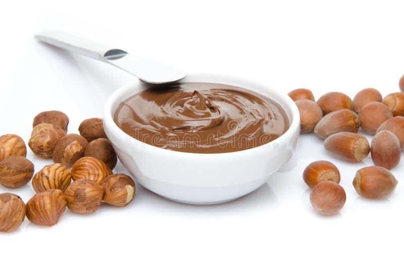 Filiżanka czekoladowy hazelnut rozprzestrzenia z hazelnuts zdjęcie royalty free