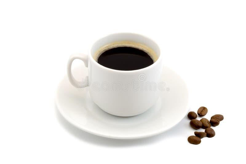 Filiżanka gorąca czarna kawa z kawowe fasole odizolowywać na białym tle zdjęcie stock