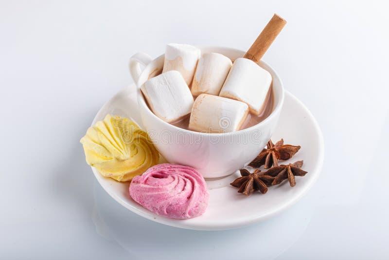 Filiżanka gorąca czekolada z marshmallow, bezą i pikantność odizolowywającymi na bielu, zdjęcie stock