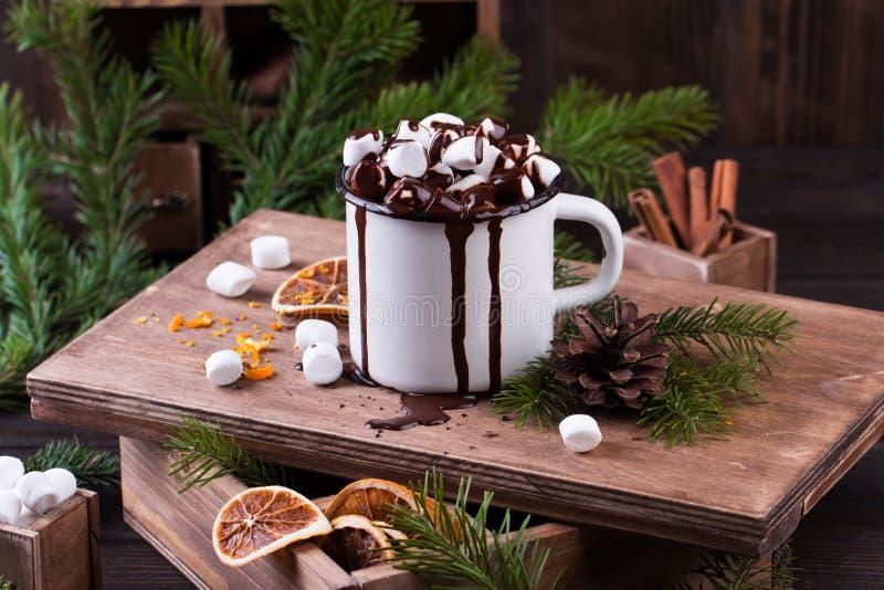 Filiżanka gorąca czekolada z marshmallows na drewnianym stole zdjęcia royalty free