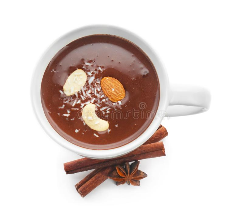 Filiżanka gorąca czekolada z pikantność i dokrętkami na białym tle obrazy royalty free