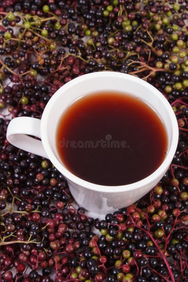 Filiżanka gorąca herbata z elderberry sokiem i rozsypisko jagoda, zdrowy odżywianie zdjęcie stock
