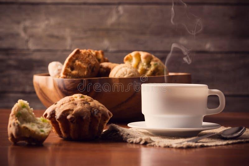 Filiżanka gorąca kawa na drewnianym tle obrazy royalty free
