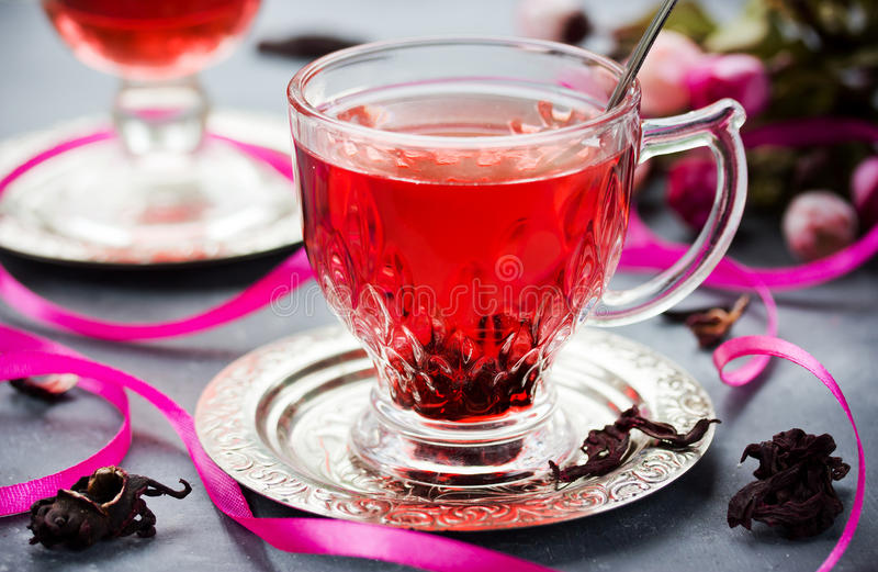 Filiżanka gorącego poślubnika herbaciany karkade, czerwony kobylak, rosella fotografia royalty free