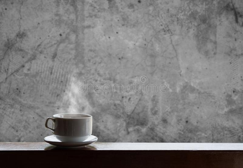 Filiżanka gorący napoje z kontrparą na tle, gorącej kawie, herbacie, czekoladzie i etc drewno betonu i stołu, obrazy royalty free