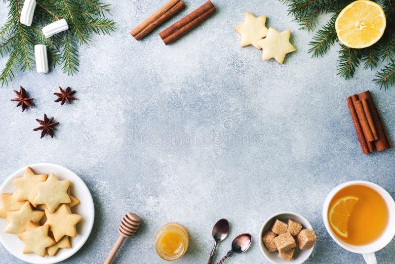 Filiżanka herbata i ciastka, sosna rozgałęzia się, cynamonowi kije, anyż gwiazdy Boże Narodzenia, zimy pojęcie Mieszkanie nieatut fotografia stock