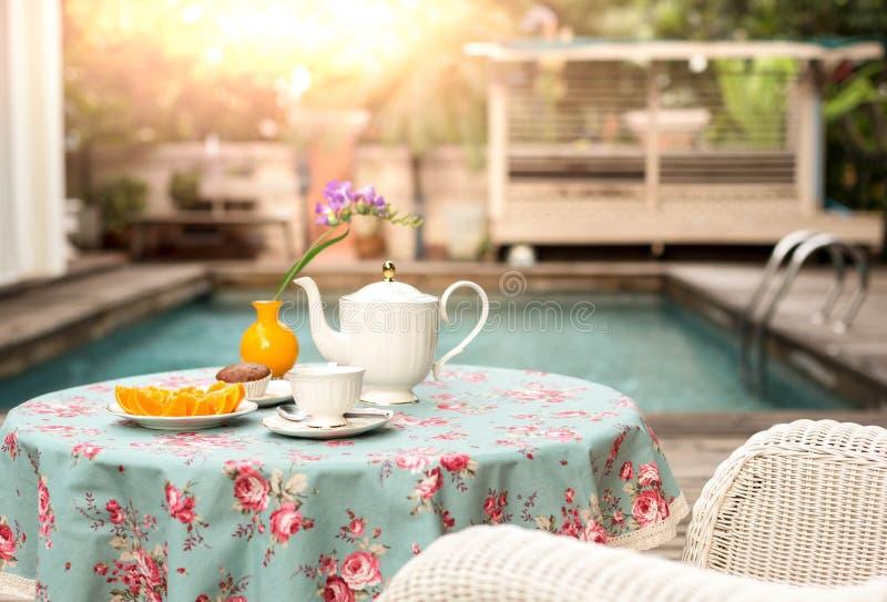 Filiżanka herbata z świeżego plasterka pomarańczową owoc i słodka bułeczka zasychamy na zdjęcie royalty free