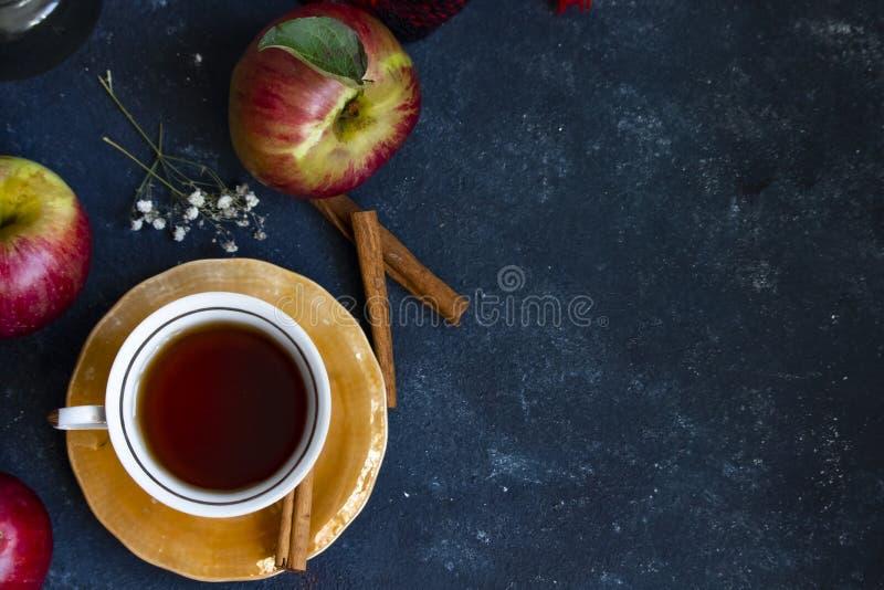 Filiżanka herbata z czerwonym jabłkiem zdjęcie royalty free
