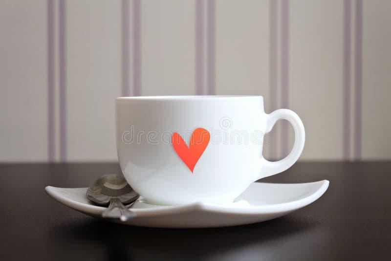 Filiżanka herbata z kierowym kształtem na drewnianym stole. zdjęcie stock