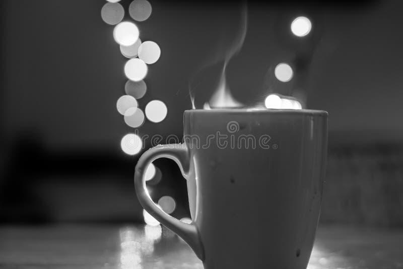 Filiżanka herbata z parowym i miękkim Bokeh dziewczyn czarny kryjówki obsługują koszulowego fotografia biel s zdjęcie stock