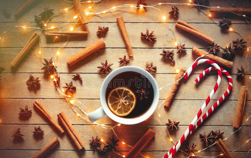 Filiżanka herbaty i lizaka cukierek z Bożenarodzeniowymi ingrediens obraz royalty free