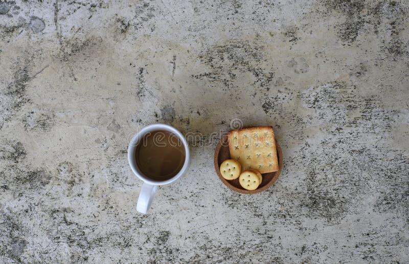 Filiżanka i ciastka na stole zdjęcie stock