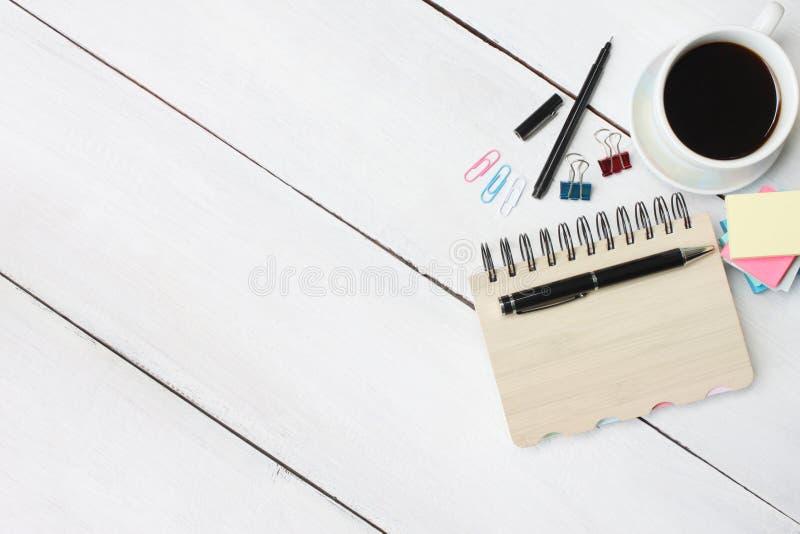 Filiżanka i pióro, notatnik na białym drewnianym biurku i odbitkowego s obraz royalty free