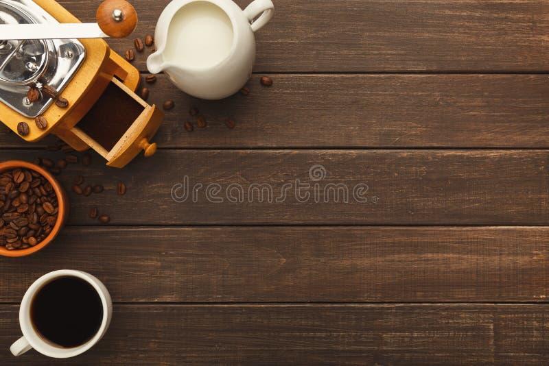 Filiżanka i rocznika ostrzarz na nieociosanym drewnianym stole, odgórny widok obraz royalty free